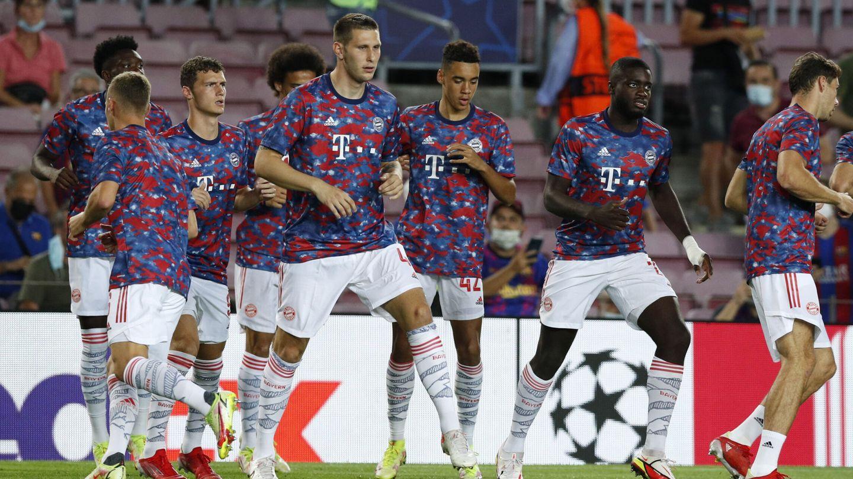 Los jugadores bávaros realizan ejercicios de activación en el Camp Nou. (Reuters)