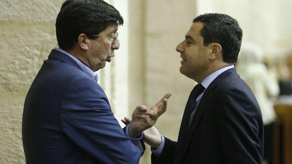 Foto: Juan Marín (i) conversa con Juanma Moreno. (EFE)