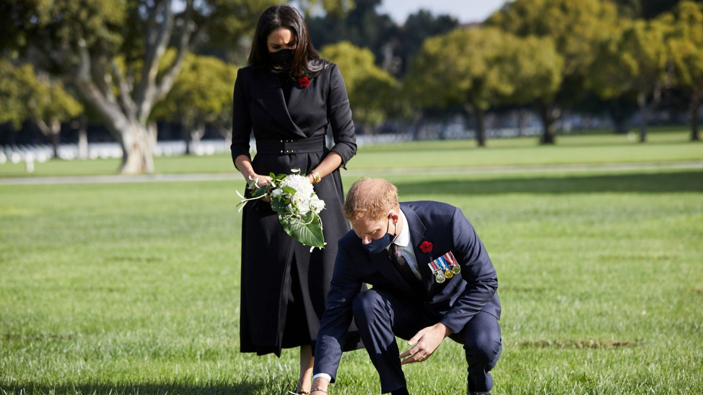 Harry y Meghan, en el National Cemetery on Remembrance de Los Ángeles. (Reuters)
