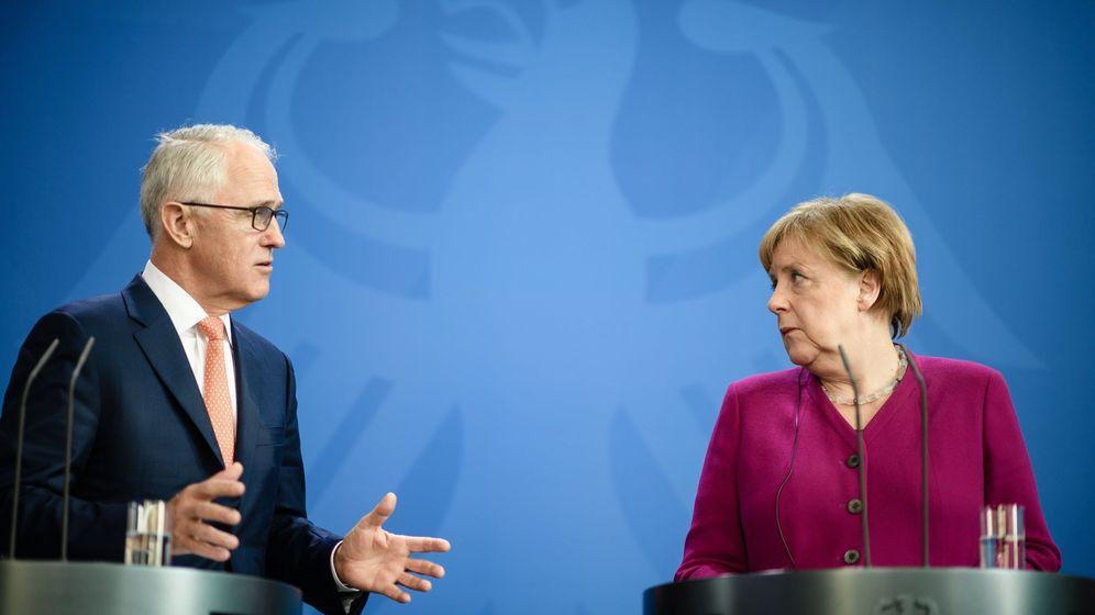 Foto: El primer ministro australiano Malcolm Turnbull habla con Angela Merkel durante su visita oficial a Berlín, el 23 de abril de 2018. (Reuters)