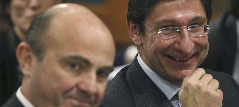 Foto: El ministro de Economía, Luis de Guindos, y el presidente de Bankia, José Ignacio Goirigolzarri. / EFE
