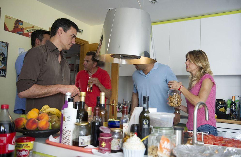 Foto: Pedro Sánchez y su mujer, Begoña Gómez, en una comida con amigos en casa durante la jornada de reflexión. (EFE / Borja Puig de la Bellacasa)