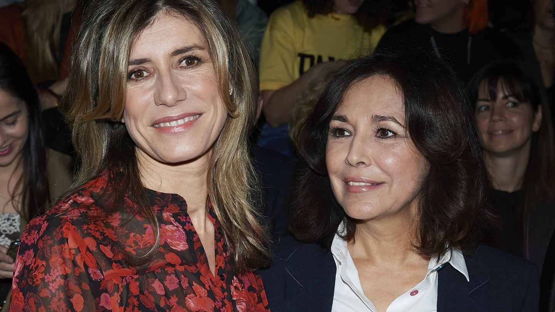 Begoña Gómez posa sonriente junto a Isabel Gemio. (Getty)