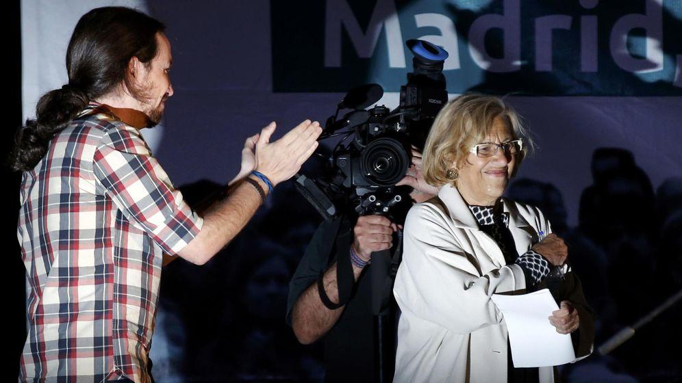 Foto: Pablo Iglesias aplaude a Manuela Carmena la noche del 24 de mayo. (Reuters)