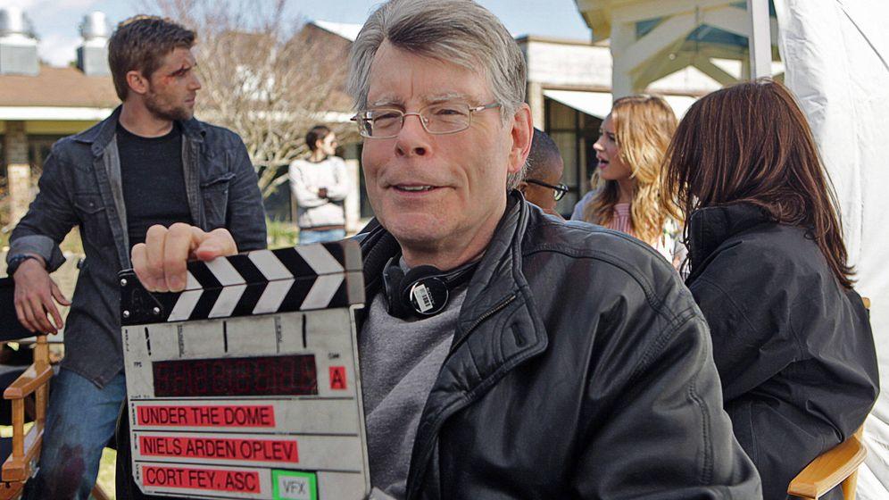 Foto: Stephen King en el set de 'La cúpula'. (CBS)