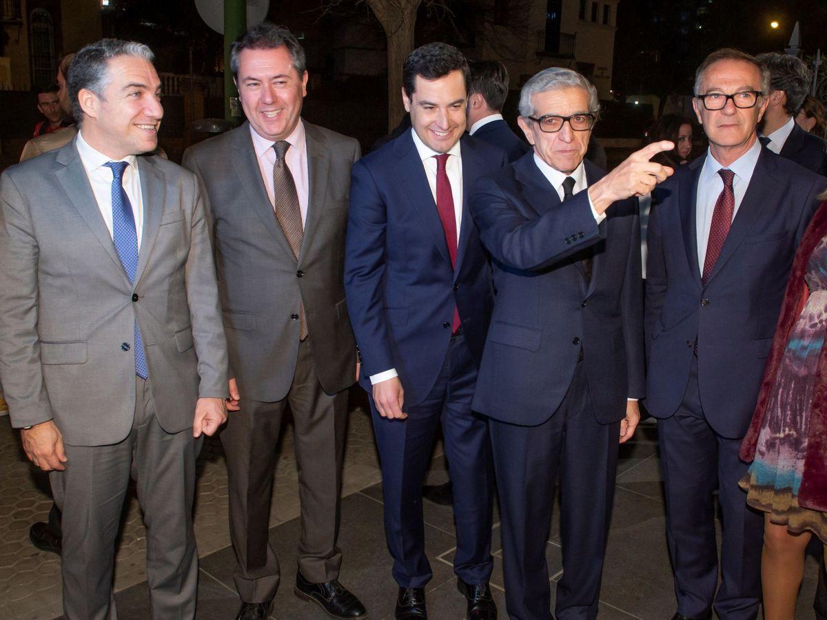 Foto: El presidente de la Junta, Juanma Moreno (c), y el de la Fundación Unicaja, Braulio Medel (2d). (EFE)