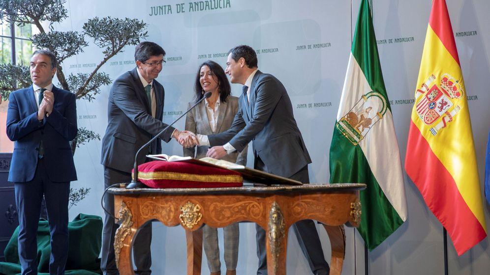 Foto: El presidente Juanma Moreno saluda al vicepresidente Juan Marín (Cs) en presencia de la presidenta del Parlamento, Marta Bosquet (Cs) y del consejero de Presidencia, Elías Bendodo (PP). (EFE)