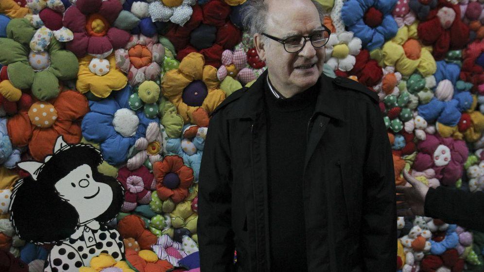 Foto: Quino, con Mafalda, su creación más famosa. (EFE)