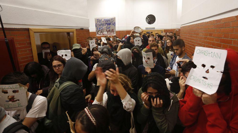 Foto: Decenas de jóvenes, esperando a Felipe González en la Universidad Autónoma de Madrid. (EFE)