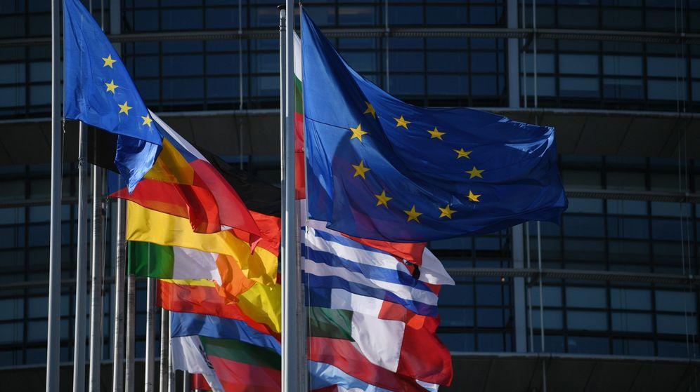 Foto: Vista exterior del Parlamento Europeo que muestra las banderas de los países miembro. (EFE)