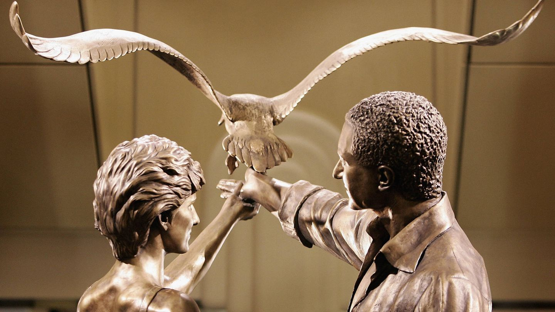 La estatua de Diana y Dodi en Harrods. (Getty)