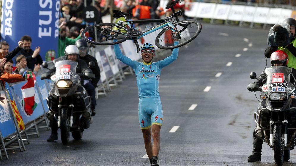 Foto: Rosa entró en la meta levantando la bici (EFE/Javier Etxezarreta).
