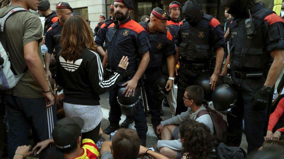 Foto: Mossos d'Esquadra ante la sede de la Conselleria de Exteriores. (EFE)