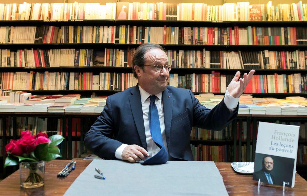 Foto: El expresidente francés François Hollande firmando ejemplares de su libro en la librería Galignani de París. (EFE)