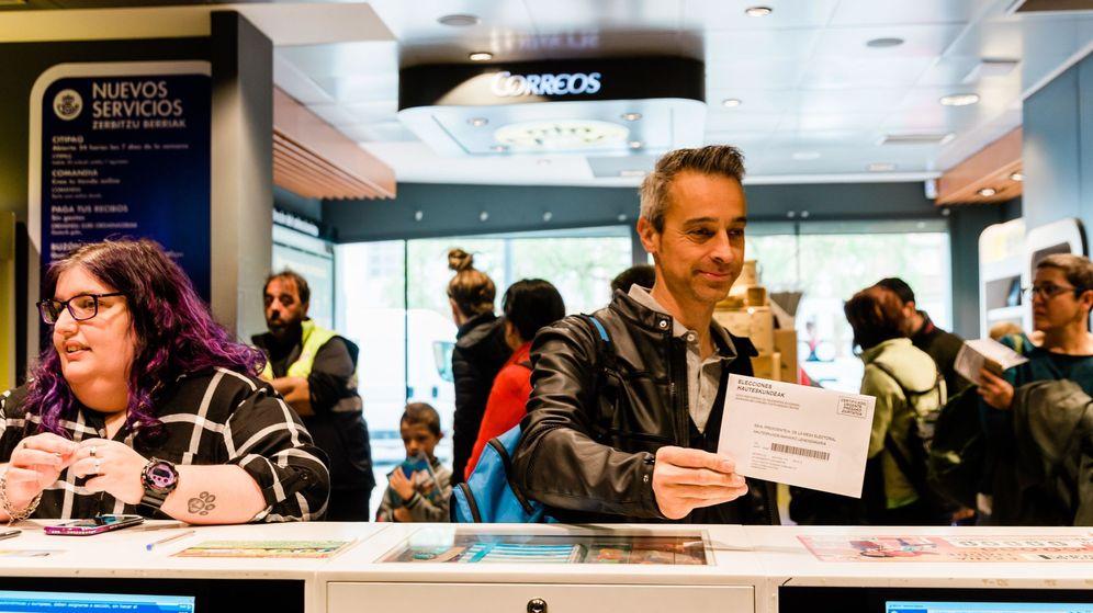 Foto: Numerosas personas acuden a una oficina de correos para depositar su voto de cara a las elecciones generales del 28 de abril. (EFE)