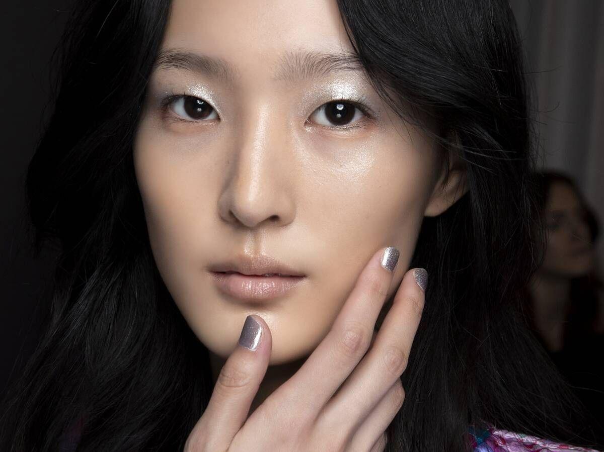 Foto: Reparar y mantener la salud de las uñas depende de un esmalte en gel coreano. (Imaxtree)