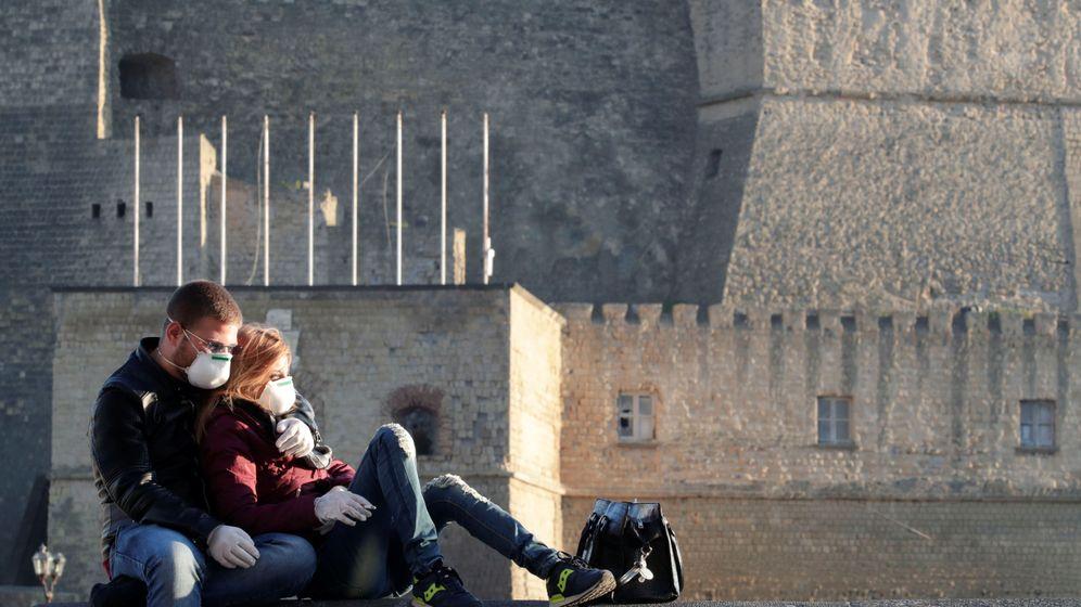 Foto: Una pareja con mascarilla, en Nápoles. (Reuters)