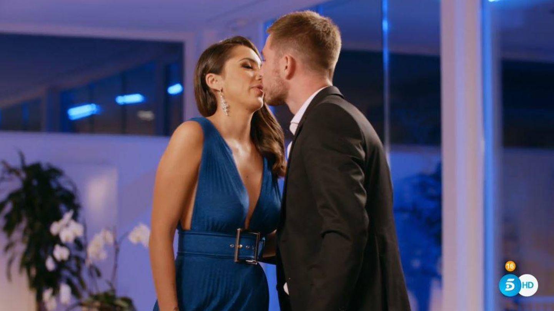 Tom y Sandra se besan en 'La isla de las tentaciones'. (Mediaset España)