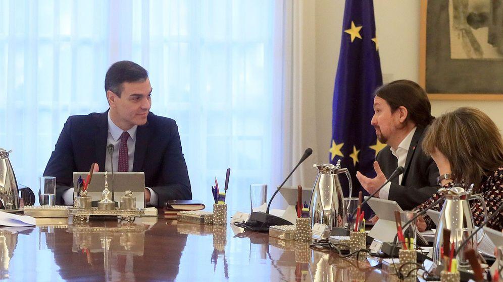 Foto: El presidente del Gobierno, Pedro Sánchez, conversa con el vicepresidente de Derechos Sociales y Agenda 2030, Pablo Iglesias, en el primer Consejo de Ministros. (EFE)
