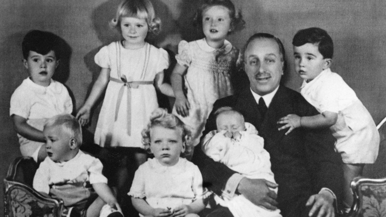 La infanta Pilar (arriba, en el centro de la imagen) junto a su abuelo, Alfonso XIII, y algunos de sus primos. (Cordon Press)