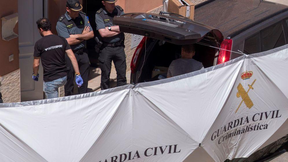 Foto: Agentes de la Guardia Civil, en la vivienda donde ocurrieron los hechos. (EFE)
