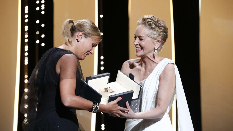 Julia Ducournau recibe el premio de manos de Sharon Stone. (Reuters)