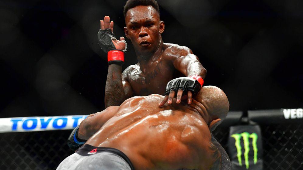 Foto: Israel Adesanya contra Yoel Romero en UFC 248. (USA TODAY Sports)