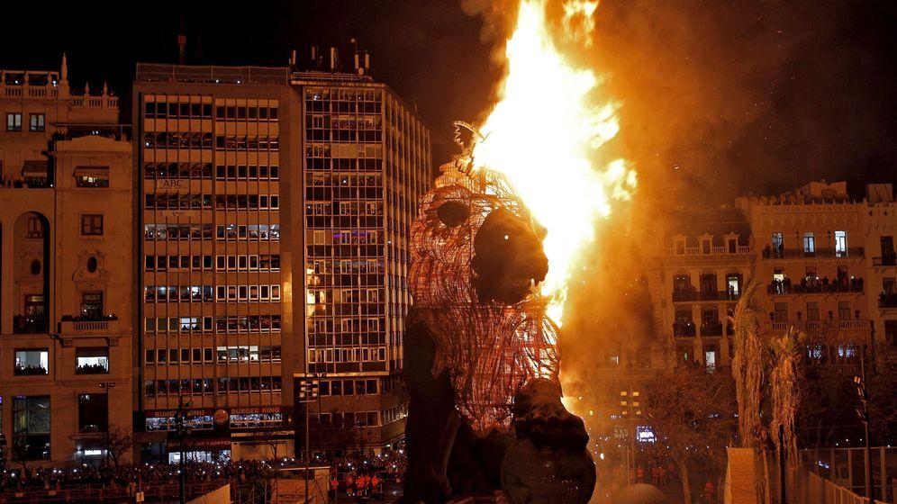 Foto: El león del Congreso de los Diputados que se quemó el año pasado en la plaza del Ayuntamiento de Valencia.