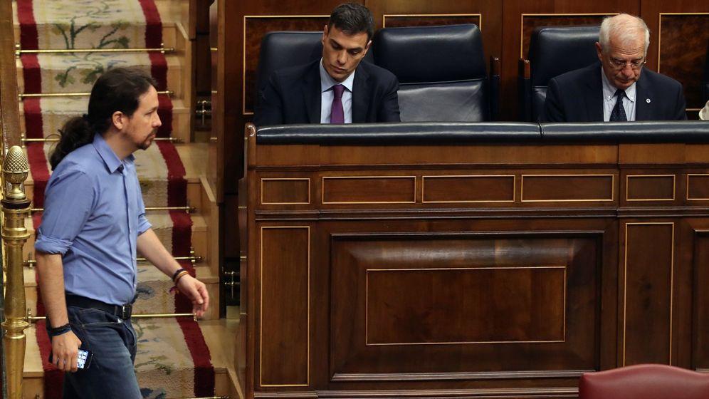 Foto: El líder de Podemos, Pablo Iglesias, pasa ante el jefe del Ejecutivo, Pedro Sánchez, y el ministro de Exteriores, Josep Borrell, durante el último pleno del Congreso. (EFE)
