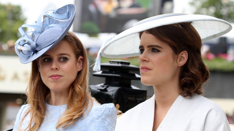 Eugenia junto a su hermana mayor, Beatriz de York. (Getty)