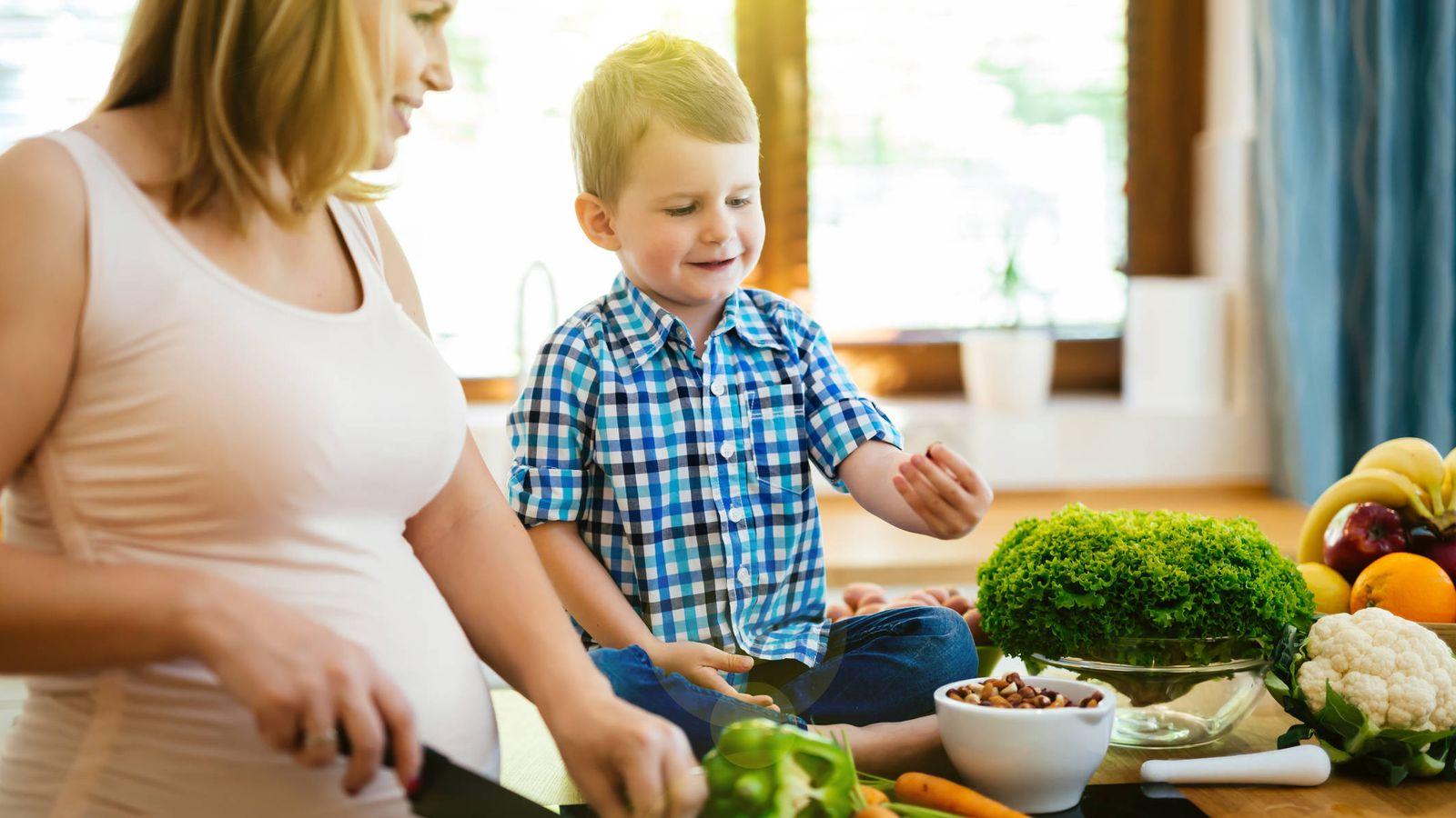Foto: Padres, hijos y alimentos. (iStock)