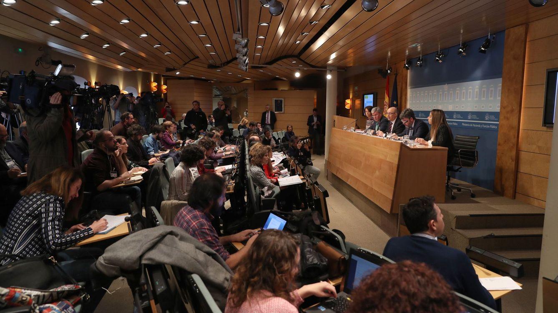Foto: Rueda de prensa de Montoro en la que presentó los datos del déficit público (Efe)