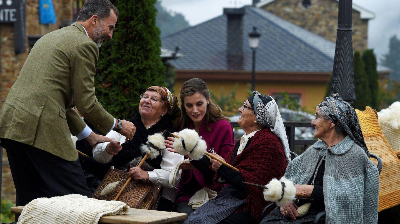 Los Reyes durante una visita a Santa Eulalia, Asturias. (EFE)