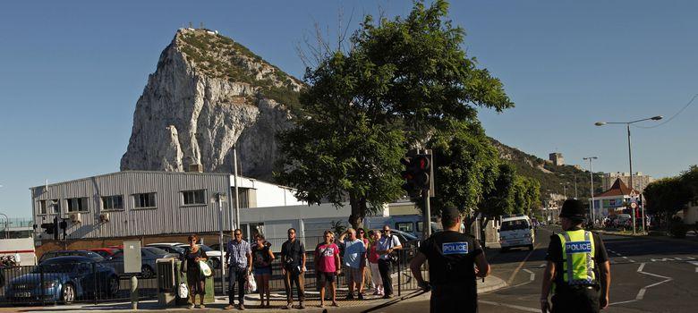 Foto: Varios turistas abandonan la colonia británica de Gibraltar (Reuters)