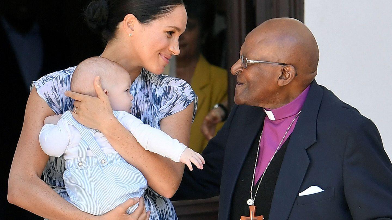 Meghan y Archie, junto a Desmond Tutu. (Reuters)