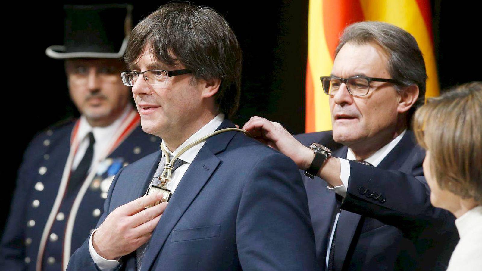 Foto: Puigdemont durante la ceremonia de investidura, con Artur Mas a sus espaldas, en enero de 2016. (Reuters)