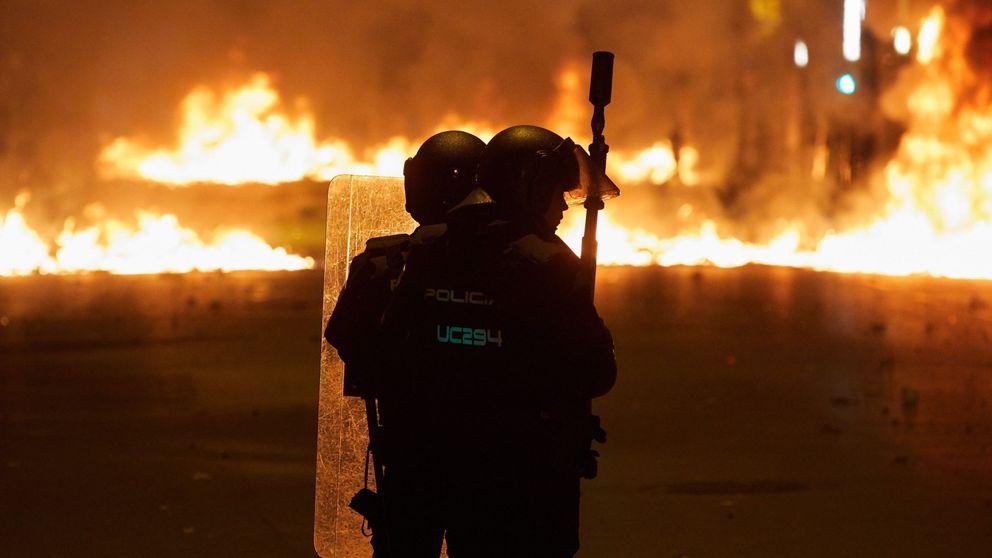 Manifestantes atacan con pirotecnia un helicóptero policial en Barcelona