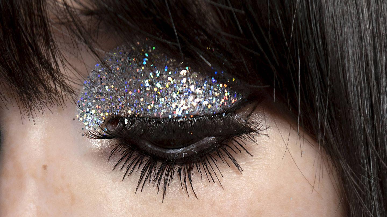 Delineados y glitter, mejor siempre con eyeliner. (Imaxtree)
