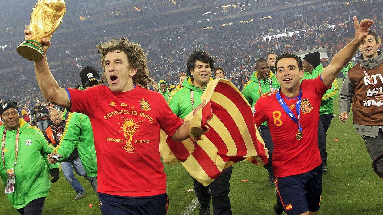 Puyol y Xavi celebran el Mundial ganado por España en 2010. (Reuters)