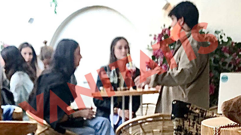 Victoria Federica, sentada en el local de Marbella junto a su novio y algunos amigos. (Foto exclusiva de Vanitatis)