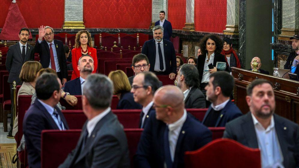 Foto: Torra saludando a los doce líderes independentistas en la primera sesión que se celebró del juicio. (EFE)
