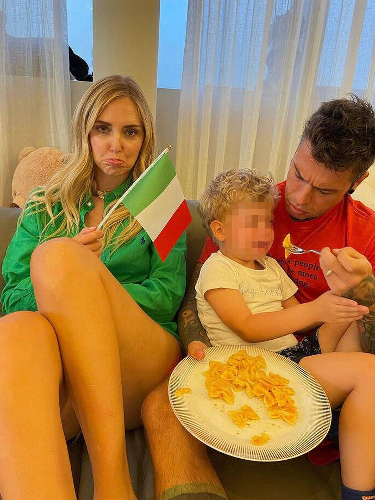 Chiara Ferragni y Fedez, con su hijo. (Instagram @fedez)