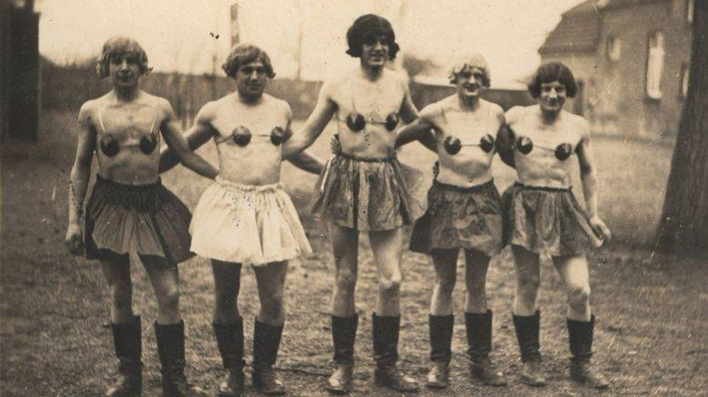 Foto: Cinco soldados nazis con pelucas, faldas y una suerte de sujetadores (Colección de Martin Dammann)
