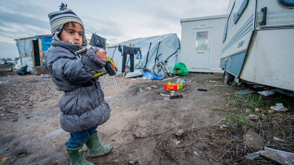 Foto: Una niña refugiada en el puerto de Calais, llamado también 'La Jungla'. (Efe)