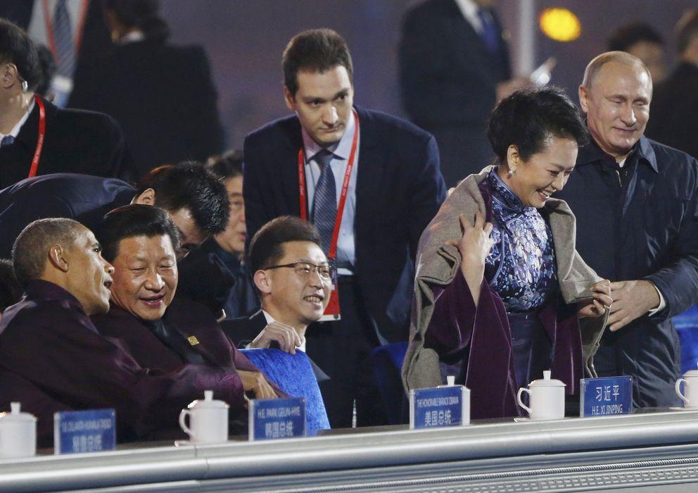 Foto: Putin, colocándole a Peng Liyuan una manta sobre los hombros (Gtres)