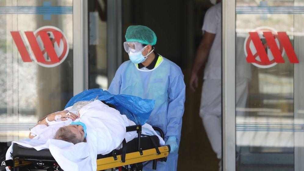 Foto: Un celador introduce a un paciente en un hospital. (Reuters)