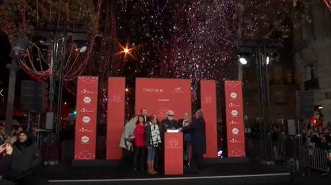 Karl Lagerfeld viste de gala París para dar la bienvenida a la Navidad