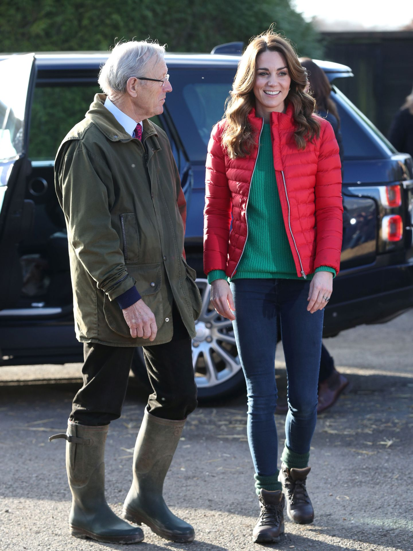 Kate Middleton visita una granja. (Reuters)