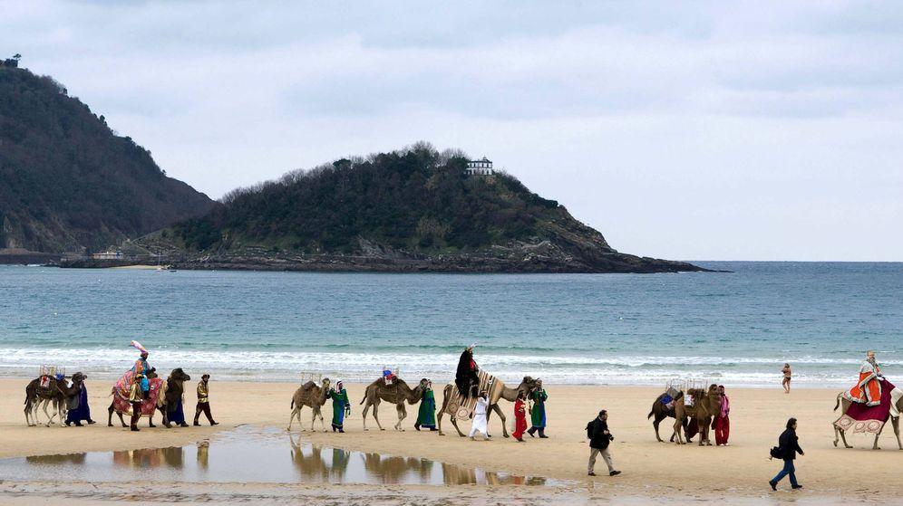 Foto: Reyes Magos en la playa de La Concha de San Sebastián (Efe)