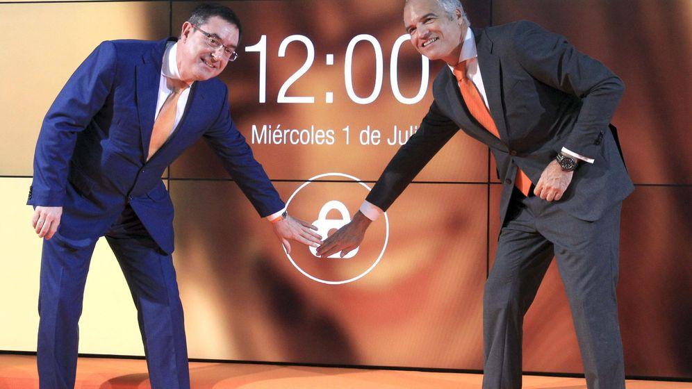 Foto:  El presidente de Euskaltel, Alberto García (i), junto al director general, Fernando Ojeda, en la Bolsa de Bilbao. (EFE)